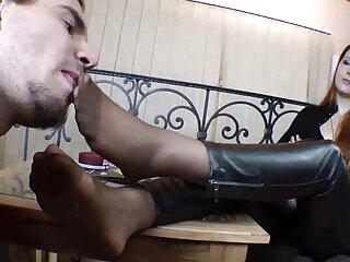 Chupada porno gratis subtitulado en español y follada en un sofá azul